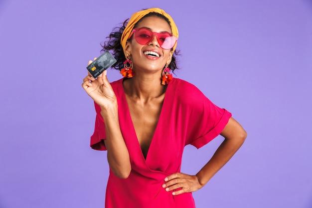 Portrait d'une jeune femme africaine joyeuse en bandeau