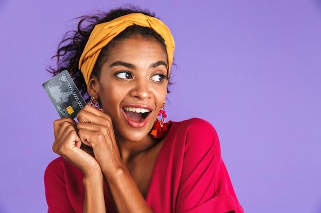 Portrait d'une jeune femme africaine positive en bandeau