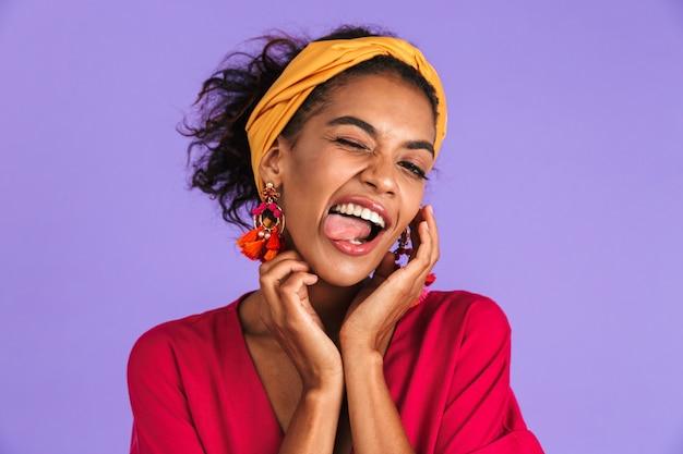 Portrait d'une jeune femme africaine souriante