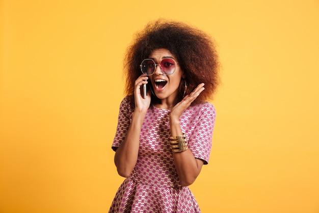 Portrait d'une jeune femme afro-américaine excitée