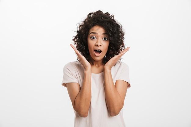 Portrait d'une jeune femme afro-américaine surprise