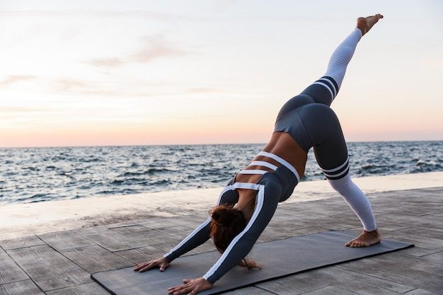 Portrait d'une jeune femme apte à faire des exercices de yoga