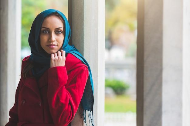 Portrait de jeune femme arabe à istanbul