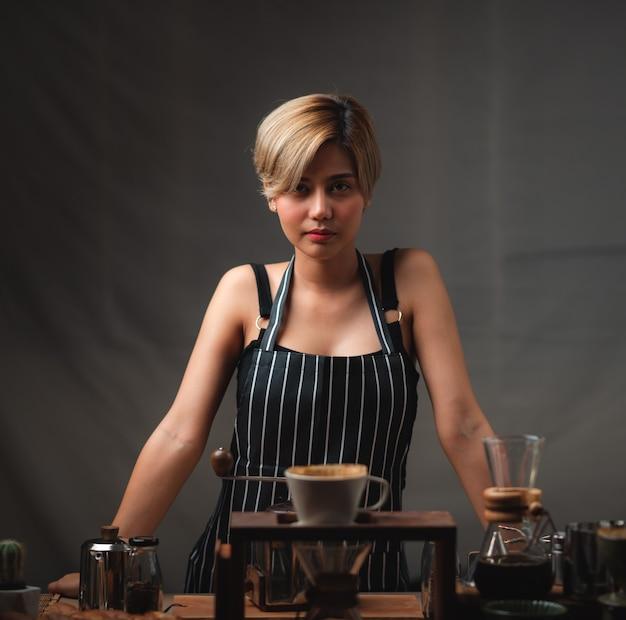 Portrait d'une jeune femme asiatique barista, concept de travailleur café café
