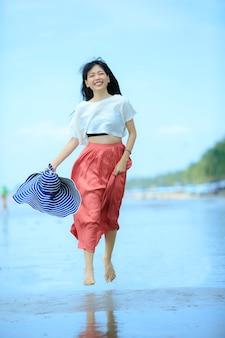 Portrait de jeune femme asiatique bonheur en vacances mer plage