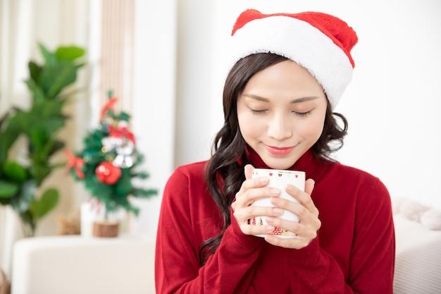 Portrait de jeune femme asiatique célébrant noël et nouvel an à la maison