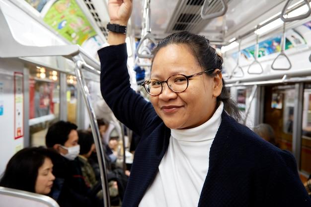 Portrait d'une jeune femme asiatique confiante
