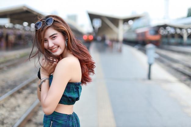 Portrait, de, jeune, femme asiatique, dans, robe verte, à, sun glassess, debout, et, pose, dans, station, à, sourire, et, visage beauté
