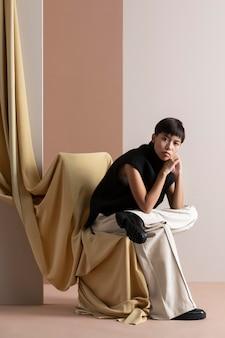 Portrait de jeune femme asiatique posant dans des vêtements d'automne