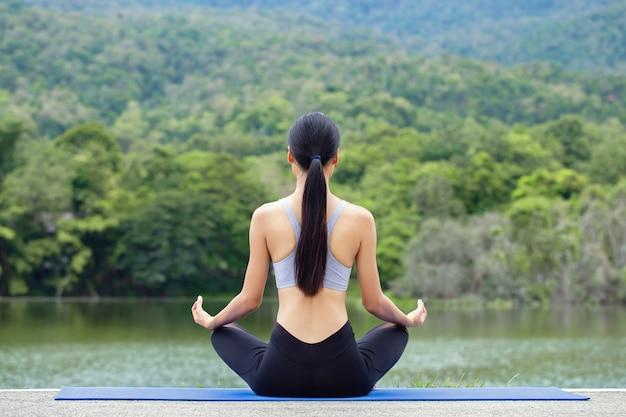 Portrait jeune femme asiatique pratiquant le yoga sur la nature