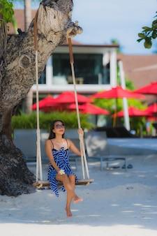 Portrait, jeune, femme asiatique, séance, sur, balançoire, corde, et, mer, autour de, mer, mer, coco, palmier