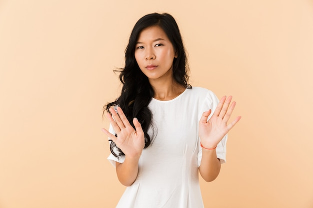 Portrait d'une jeune femme asiatique sérieuse