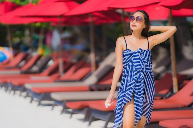 Portrait, jeune, femme asiatique, sourire, heureux, autour, plage, mer, océan, à, noix coco, palmier, pour, vacances