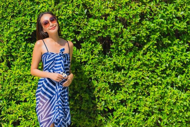 Portrait jeune femme asiatique sourire heureux se détendre dans le jardin
