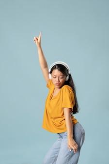 Portrait de jeune femme asiatique en studio