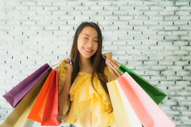 Portrait, jeune, femme asiatique, tenue, coloré, sac à provisions