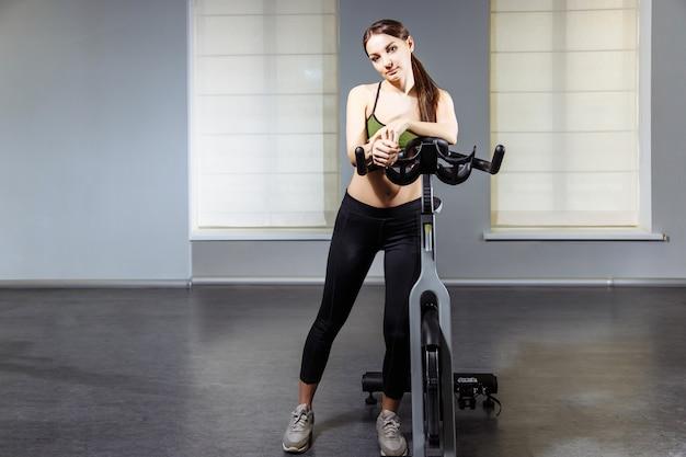 Portrait de jeune femme attirante dans la salle de sport
