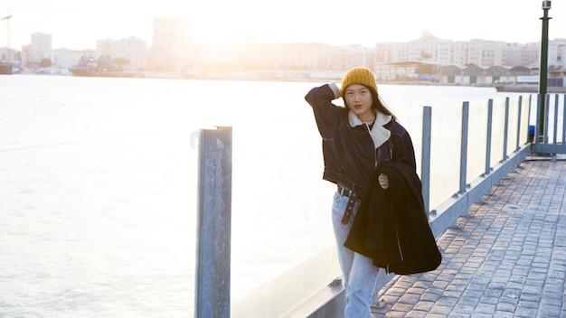 Portrait de jeune femme au bord de la mer