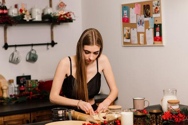Un portrait de jeune femme au foyer souriante dans une cuisine moderne
