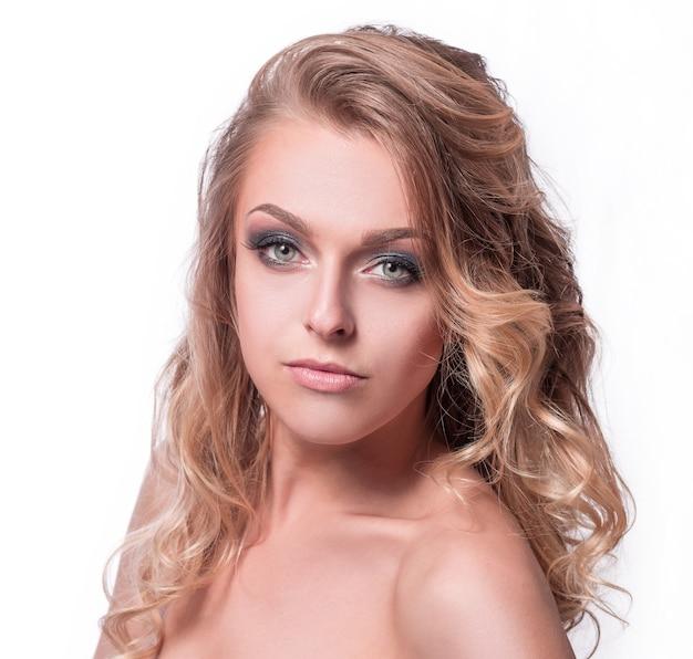 Portrait d'une jeune femme au maquillage naturel et aux cheveux bien coiffés