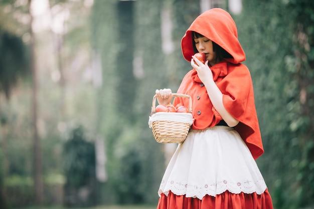 Portrait jeune femme au petit rouge
