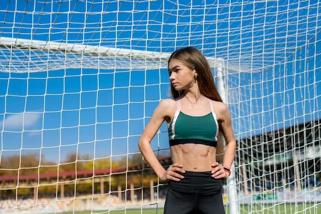 Portrait d'une jeune femme au repos après avoir fait de l'exercice ou courir sur le stade. concept de remise en forme et de mode de vie sain