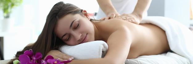 Portrait de jeune femme au repos dans un salon spa