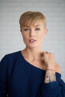 Portrait de jeune femme au studio shot