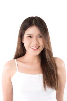 Portrait d'une jeune femme aux cheveux longs