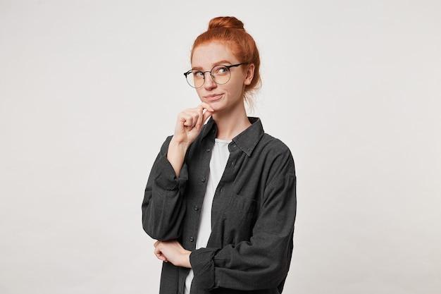 Portrait de jeune femme aux cheveux roux en chemise homme noire