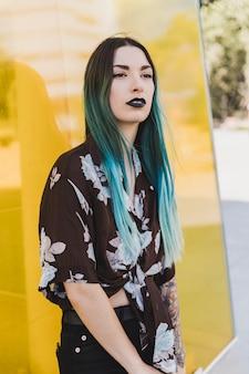 Portrait de jeune femme aux cheveux teints en bleu