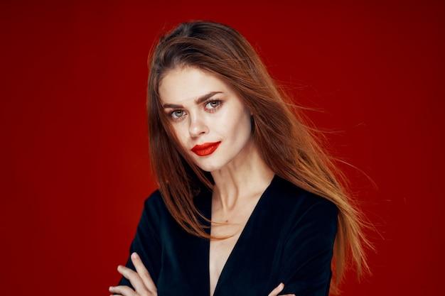 Portrait d'une jeune femme aux cheveux volants sur fond rouge