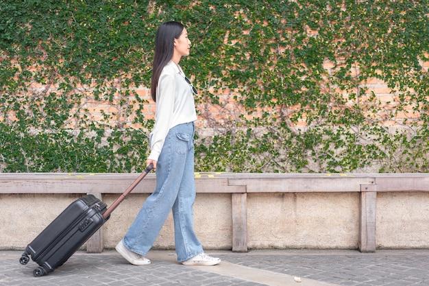 Portrait jeune femme avec bagages