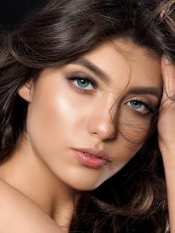 Portrait de jeune femme belle épilation de son visage. maquillage de bronzage léger et d'été.