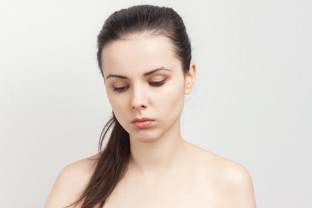 Portrait de jeune femme belle faisant le pinceau de maquillage