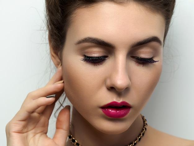 Portrait de jeune femme belle avec maquillage de soirée et coiffure.