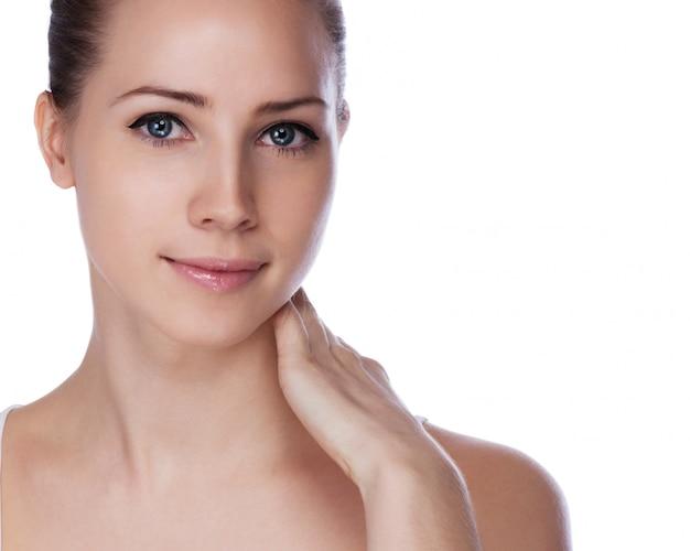 Portrait de jeune femme belle avec une peau saine