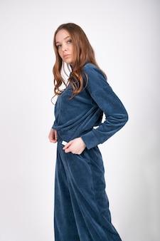 Portrait de jeune femme belle rousse en costume de jersey confortable