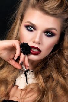 Portrait De Jeune Femme Belle Avec Soirée Maquillage Posant. Yeux Fumés Multicolores Rouges Et Or. Soins De La Peau De Luxe Et Concept De Maquillage De Mode Moderne. Photo Premium