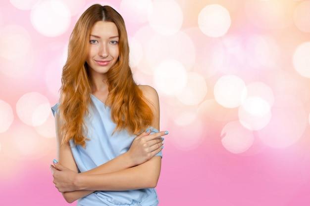 Portrait de jeune femme belle souriante