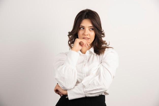 Portrait de jeune femme sur blanc.