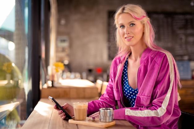 Portrait de jeune femme blonde belle détente au café