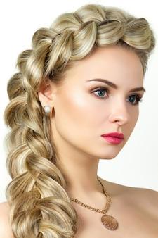 Portrait de jeune femme blonde avec une coiffure en queue de poisson