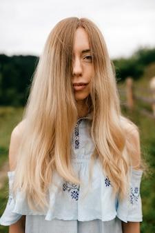 Portrait de jeune femme blonde élégante et séduisante