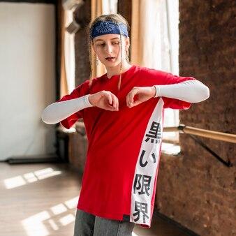 Portrait d'une jeune femme blonde pratiquant dans le studio de danse