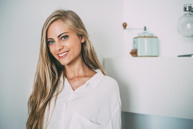 Portrait d'une jeune femme blonde