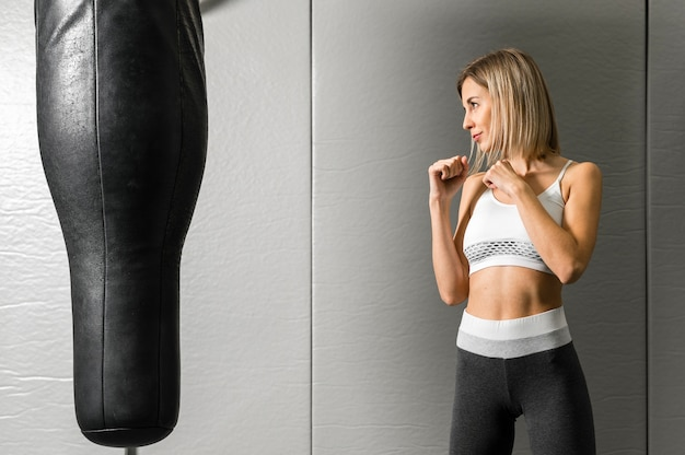 Portrait, de, jeune femme, boxe, à, les, gymnase