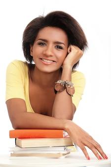 Portrait de jeune femme brésilienne avec des livres