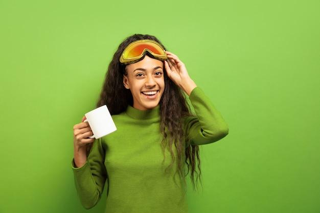 Portrait de jeune femme brune afro-américaine en masque de ski sur l'espace vert