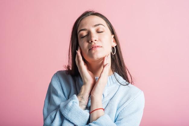 Portrait d'une jeune femme brune aux yeux fermés